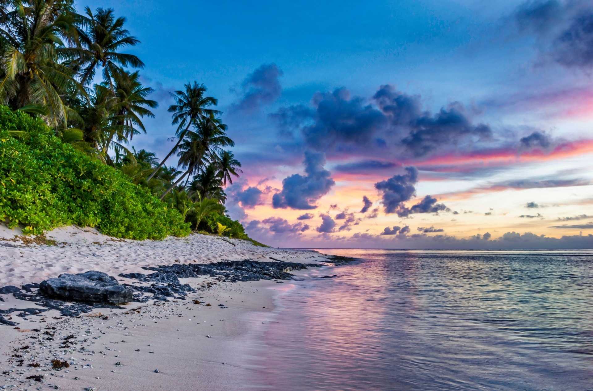 An image of a beach where you might relax if you earn enough to take an early retirement.